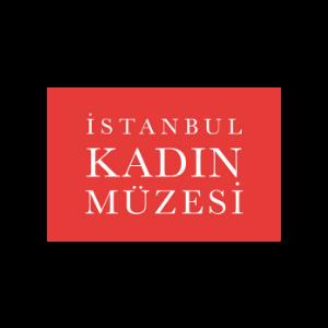 """Kırmızı dikdörtgen içinde büyük beyaz harflerle alt alta, """"İstanbul Kadın Müzesi"""" yazıyor."""
