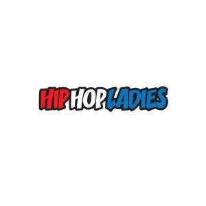 Kalın siyah çerçevelenmiş şekilde büyük harfle HIP HOP LADIES yazıyor. HIP sözcüğü kırmızı, HOP sözcüğü beyaz, LADIES sözcüğü mavi.